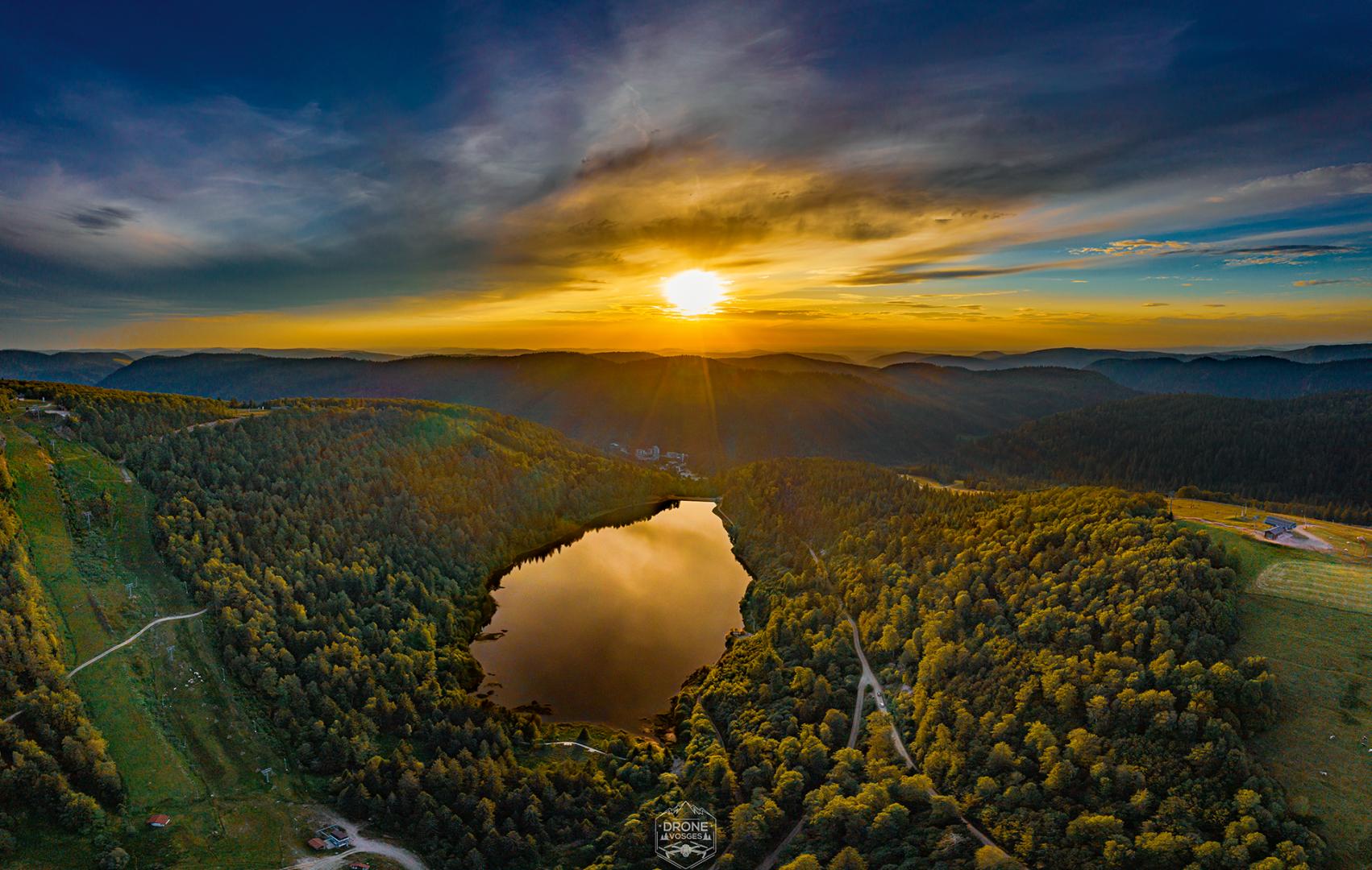 Photo aérienne de couchée de soleil sur le lac de la Lande dans les Hautes Vosges par Drone Vosges pilote de drones pro