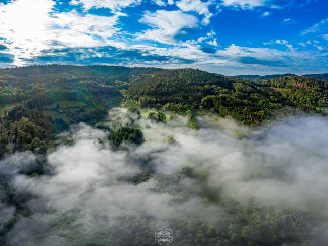 photo aérienne par Drone Vosges brume dans la montagne avec du soleil